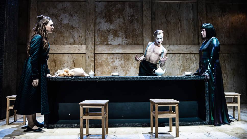 Живой труп (Георгий Иобадзе, в центре) оживляет мизансцены спектакля своей клоунадой