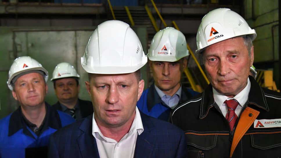 Сергей Фургал (в центре) и Сергей Кузнецов (на переднем плане справа) на заводе «Амурсталь»