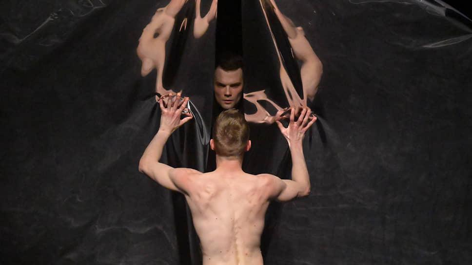 Выигрышным ракурсам «Зеркала» помогла художник по свету Татьяна Мишина, номинированная за это на «Золотую маску»