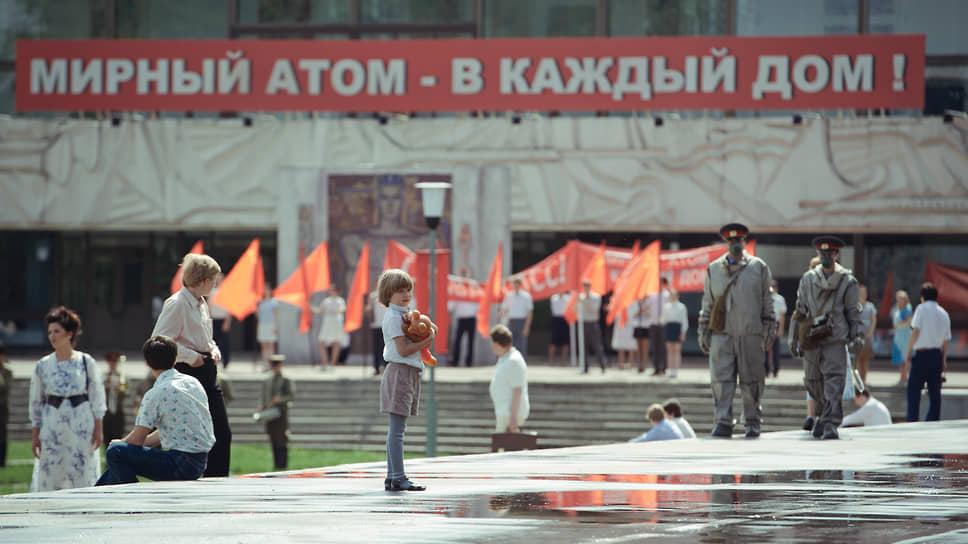 Фильм пытается воссоздать советскую атмосферу, но ни в сюжетном, ни в художественном смысле это ему не помогает