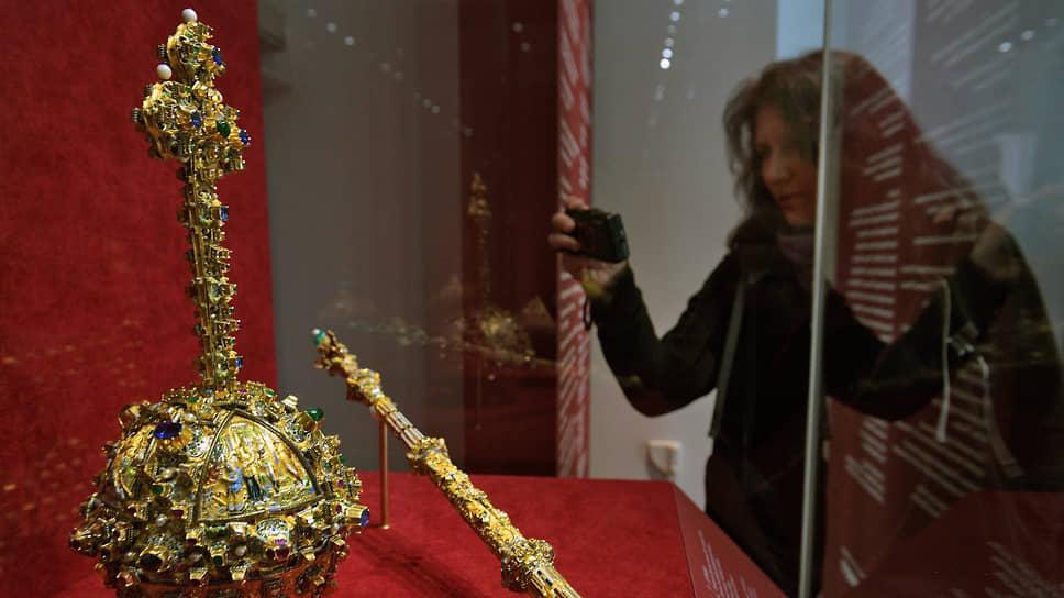 Раритеты дополнены на выставке хрестоматийными сокровищами — например, державой и скипетром Большого наряда