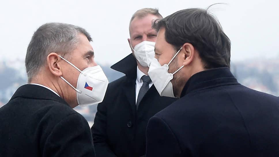 Премьер-министр Словакии Эдуард Хегер (справа) и его чешский коллега Андрей Бабиш среди прочих тем обсудили подходы к борьбе с пандемией коронавируса и отношение к российской вакцине «Спутник V»