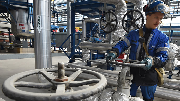 Бюджет прогонят через нефть  / Субсидии на бензин нефтекомпании вернут налогом на добычу