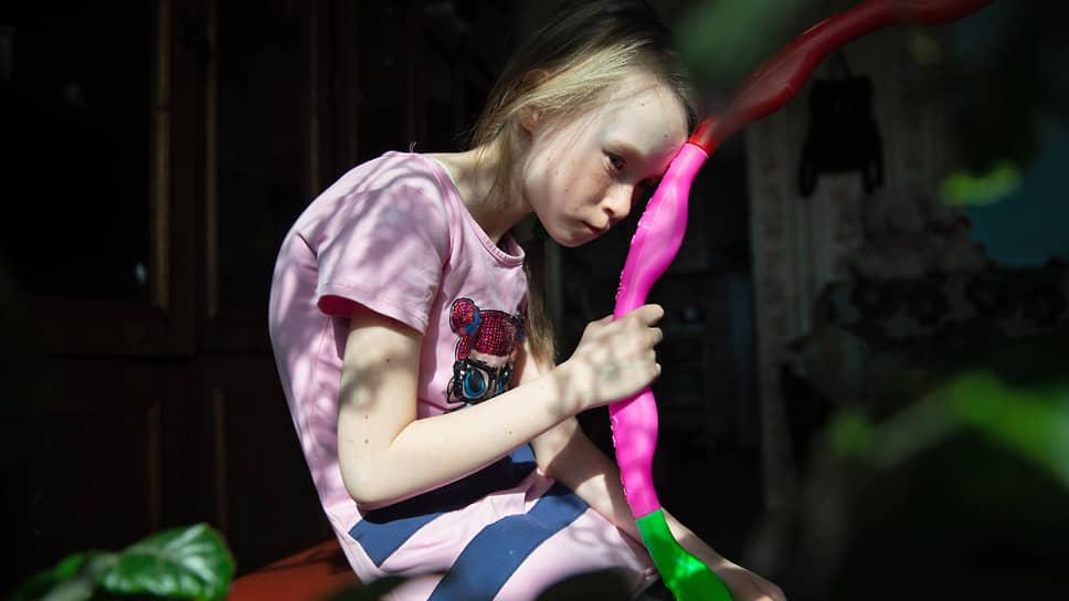 Стойкий солдатик из Оловянной / Десятилетнюю девочку спасет операция на позвоночнике