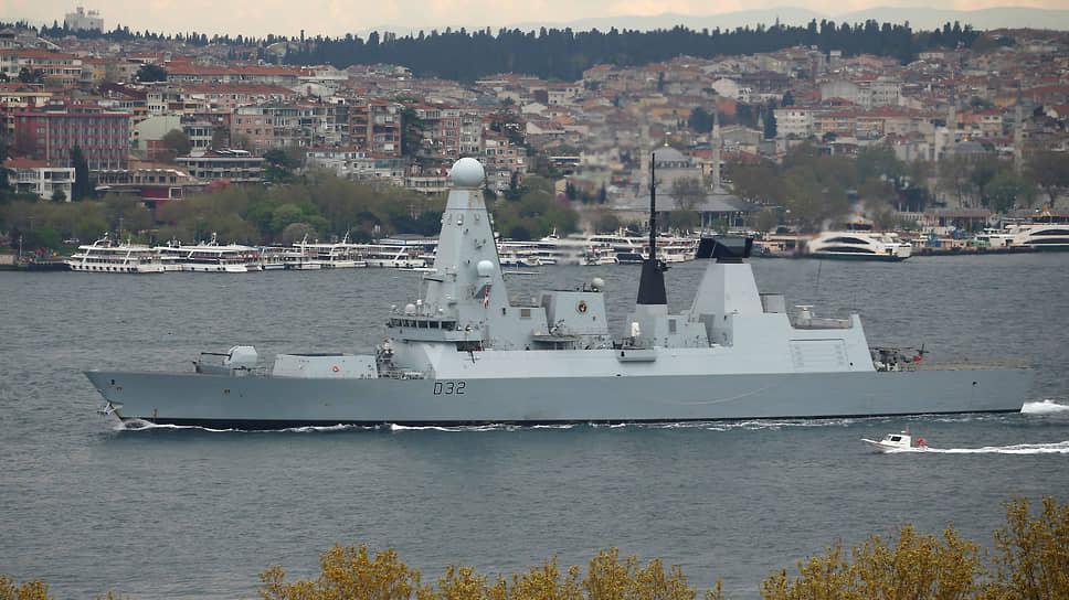 Эскадренный миноносец типа 45 Британского Королевского флота в Босфоре в апреля 2017 года