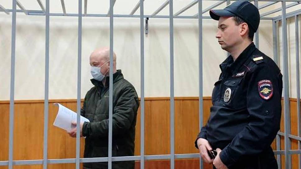 Бывший заместитель начальника Следственного департамента МВД России Александр Краковский (слева)