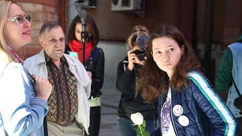 «Девочке с Конституцией» обнулили свободу  / Активистку Ольгу Мисик и ее товарищей осудили за «осквернение» будки