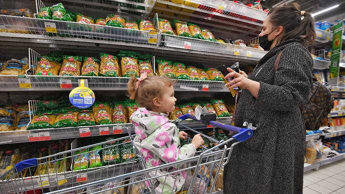 В магазинах обострилась торговля  / Сети призывают поставщиков не повышать цены на базовые продукты