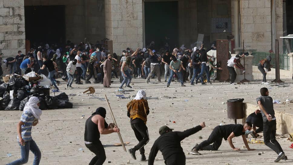Призыв властей Израиля «не сходить с ума» и остановить «вторгшуюся на улицы городов войну» участники беспорядков пока так и не услышали (на фото: столкновения палестинцев с израильскими силовиками у мечети аль-Акса в Иерусалиме)