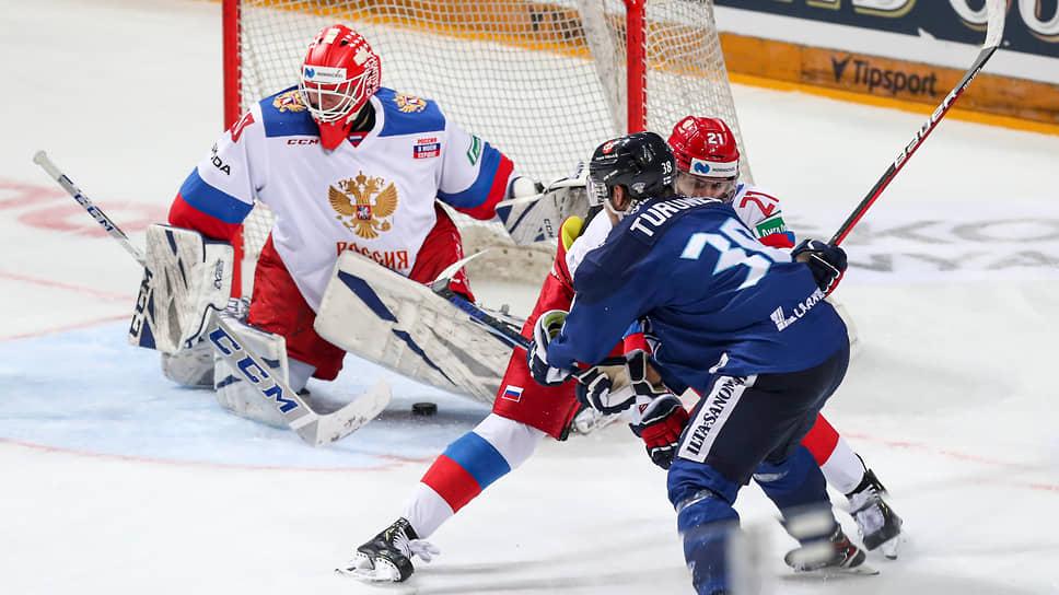 Поражение от сборной Финляндии (в синей форме — Теему Турунен) оказалось первым в нынешнем сезоне для российской команды