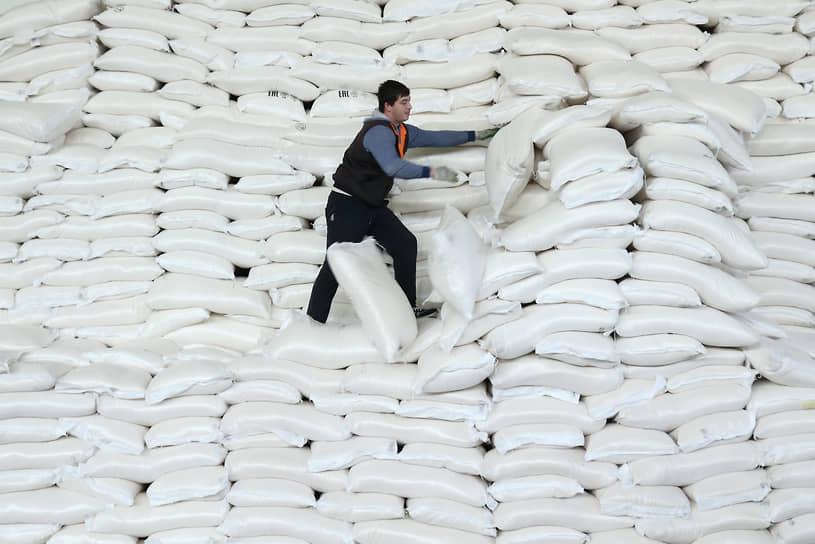 Власти ищут новые способы стабилизации рынка сахара, в том числе через интервенционный фонд, но на рынке скептически оценивают их перспективы