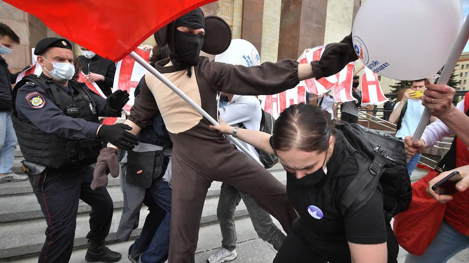 За просветителей на ступенях главного здания МГУ выступил Валерий Рашкин, а против — человек в костюме Чебурашки