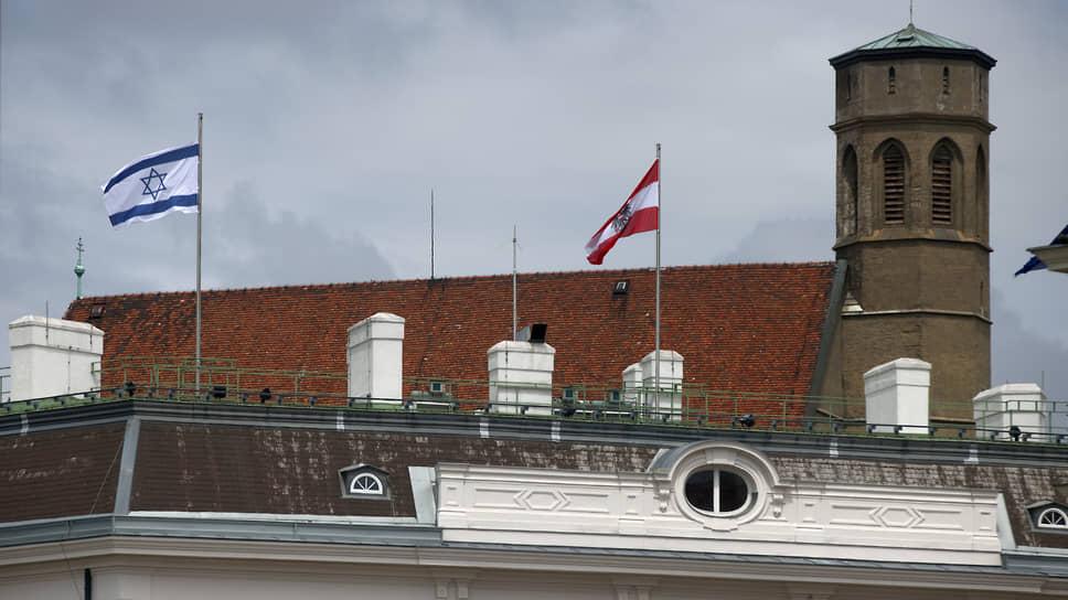Национальный флаг Израиля вывешен на здании федеральной канцелярии в Вене