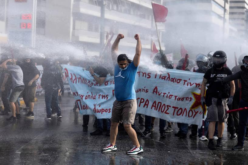 Полицейские применяют водометы против протестующих в поддержку палестинцев а Афинах
