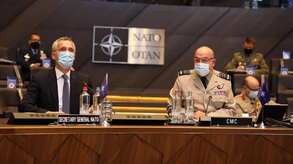 Генсек НАТО Йенс Столтенберг (слева) и глава Военного комитета НАТО Стюарт Пич