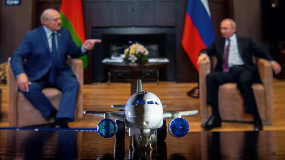 Александр Лукашенко указал Владимиру Путину на то, что тот еще не все про тот самолет знает