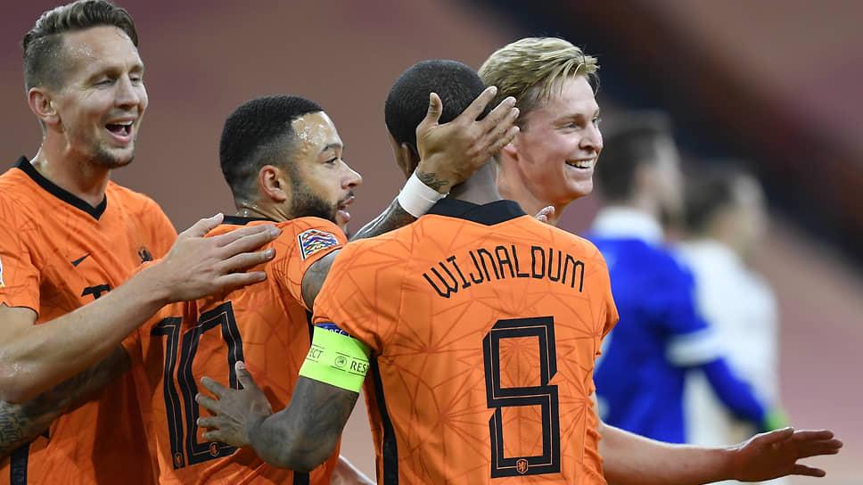 Сомнений в том, что сборная Голландии (слева направо: Люк Де Йонг, Мемфис Депай, Джорджиньо Вейналдум, Френки Де Йонг) выйдет в play-off с первого места в группе, у букмекеров и специалистов нет никаких