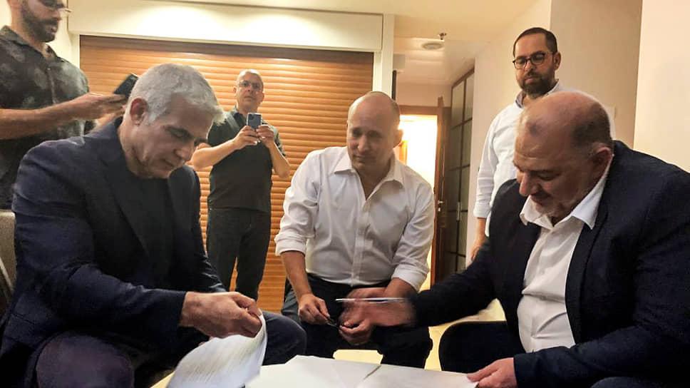 Лидер РААМ Мансур Аббас (слева), лидер партии «Ямина» Нафтали Беннет (в центре), лидер партии «Йеш Атид» Яир Лапид