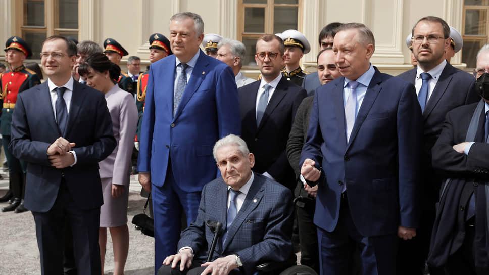«Скульптурная группа» приглашенных ожидала президента во дворце с десяти утра