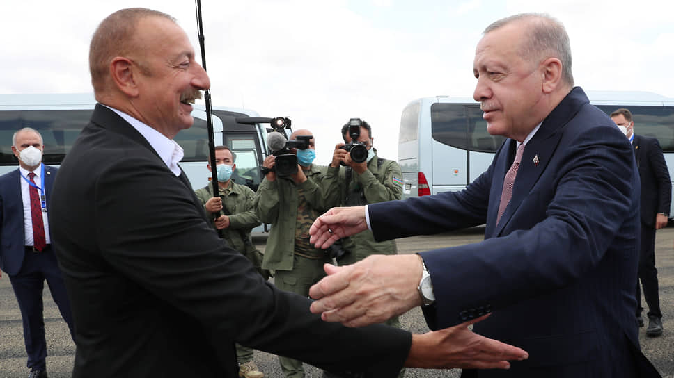 Выйдя к прессе после переговоров с Реджепом Тайипом Эрдоганом (справа), Ильхам Алиев назвал Турцию самой близкой Азербайджану страной, отношения с которой служат примером «уникального союзничества, сотрудничества»