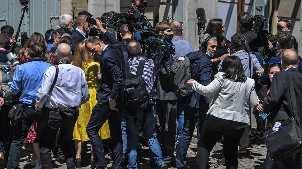 По 15 счастливчиков-журналистов с американской и российской стороны сошлись в смертельном клинче у дверей виллы