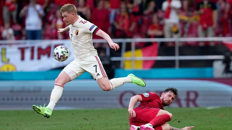 Выход на поле Кевина Де Брёйне (в белой форме) перевернул ход неудачно складывавшегося для бельгийцев матча и принес им победу и выход в play-off