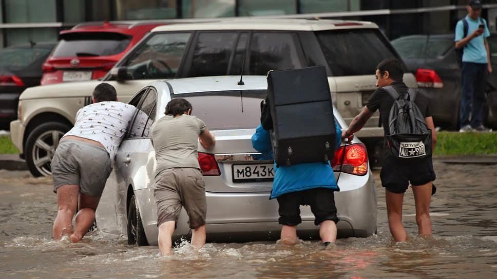 Лужная тревога  / Масштабные подтопления в Москве власти снова объяснили аномальным уровнем осадков