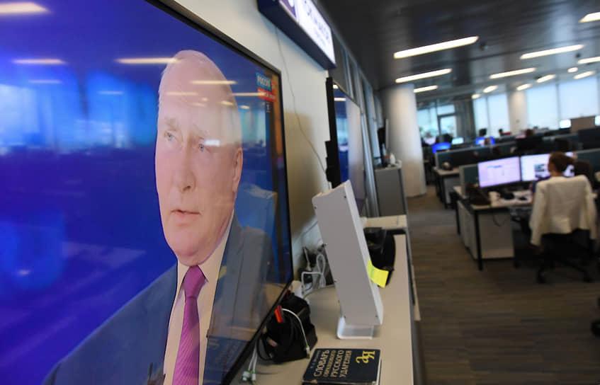 В центре обработки сообщений через три с лишним часа прямой линии обрабатывали вопросы, которых Владимир Путин уже не услышал бы при всем желании