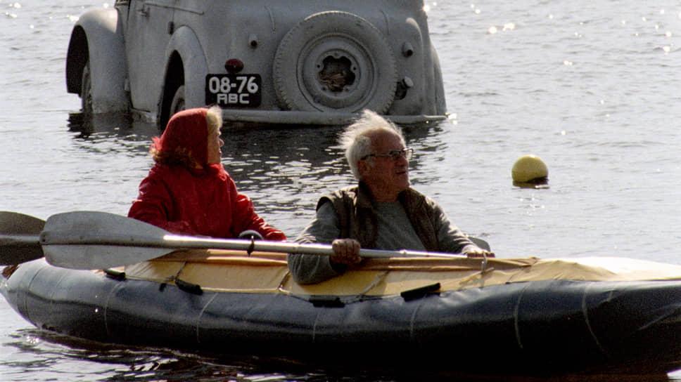 Обсуждаемая правительством система долговременного ухода за пожилыми людьми должна быть общедоступной
