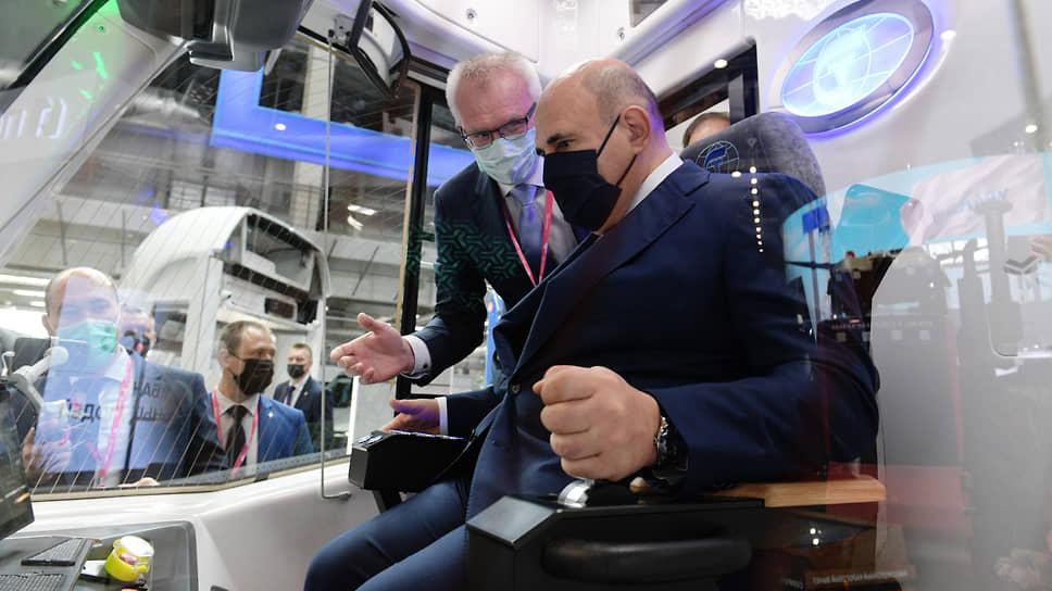 Приехавший на «Иннопром-2021» премьер-министр Михаил Мишустин (справа) призвал к структурным изменениям облика промышленности, прежде всего — к ее цифровизации