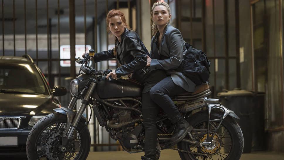 Путь к роли Черной Вдовы (слева) занял у Скарлетт Йоханссон добрых пятнадцать лет