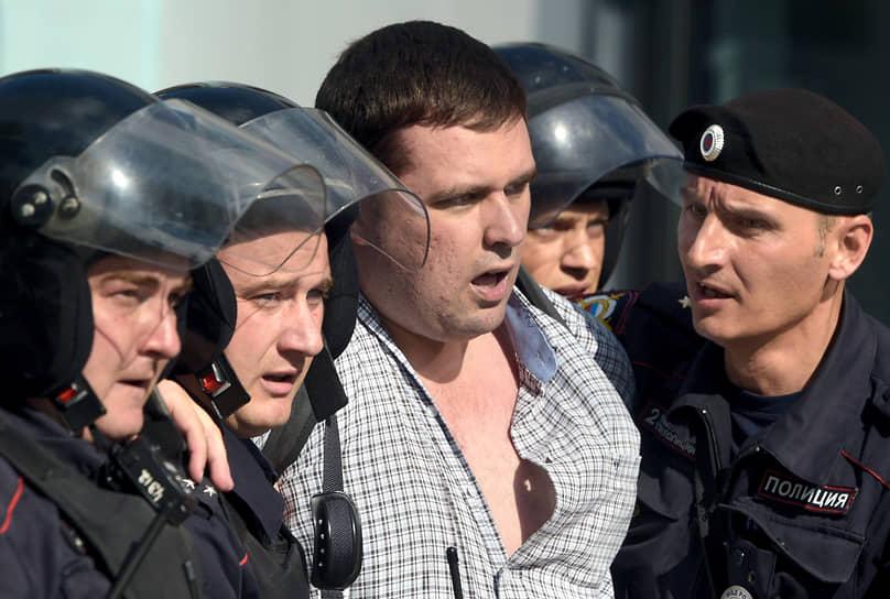 Муниципальный депутат района Зюзино Константин Янкаускас (в центре)