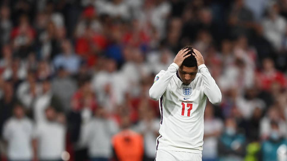 Футболисты сборной Англии Джейдон Санчо (на фото), Маркус Рашфорд и Букайо Сака подверглись расистским нападкам в социальных сетях за то, что не забили в ворота итальянцев в серии послематчевых пенальти