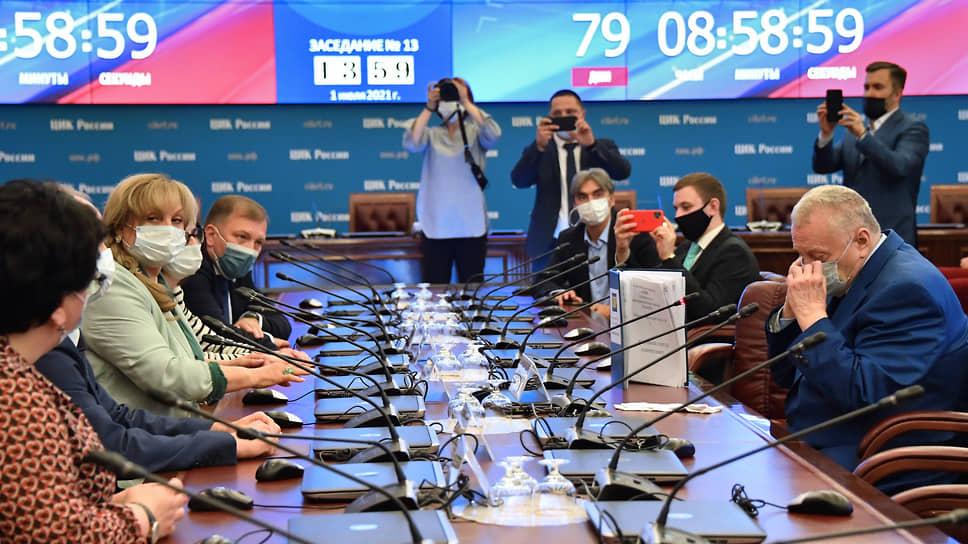 ЛДПР Владимира Жириновского (справа) была первой из 15 партий, уведомивших Центризбирком (слева — его глава Элла Памфилова) о намерении участвовать в думских выборах