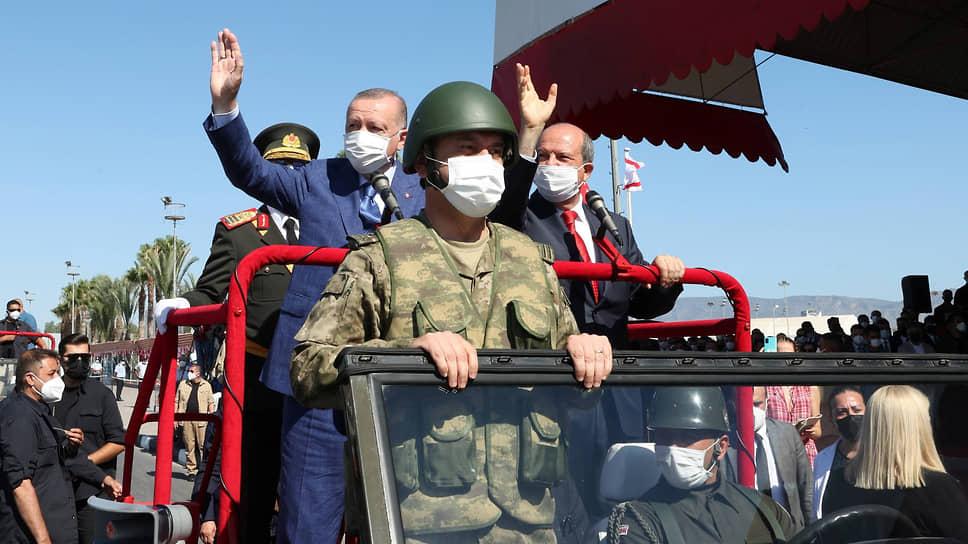 Президент Турции Реджеп Тайип Эрдоган и глава самопровозглашенной ТРСК Эрсин Татар (оба — в машине во втором ряду) дружно поприветствовали идеи, явно противоречащие резолюциям Совбеза ООН