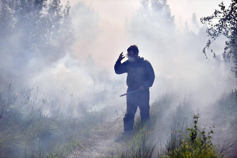 Пожары в Якутии отгоняют от населенных пунктов встречным огнем