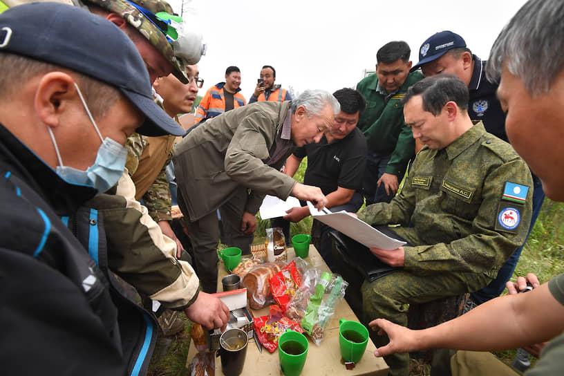 Глава Республики Саха (Якутия) Айсен Николаев (второй справа) во время инспекции тушения пожаров в Горном районе Якутии