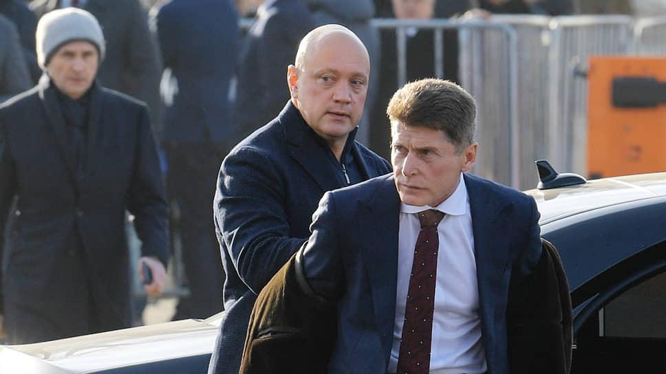 По мнению экспертов, политическая устойчивость Олега Кожемяко (на переднем плане) снизилась из-за роста «внутриэлитного напряжения» в Приморье