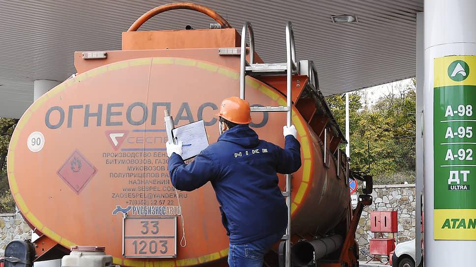 Бензин подешевел под эмбарго / Биржевые цены топлива снизились