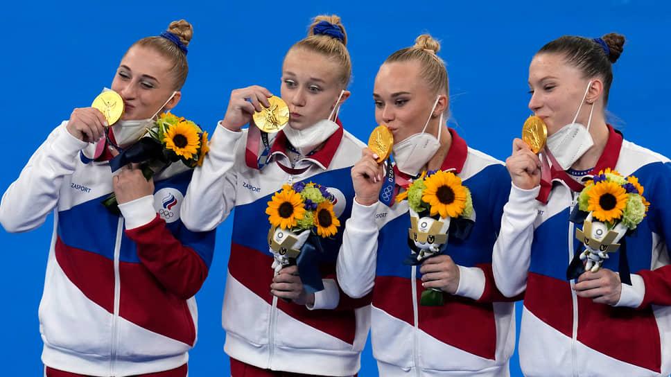 Женская сборная России (слева направо: Лилия Ахаимова, Виктория Листунова, Ангелина Мельникова, Владислава Уразова) впервые стала чемпионом Олимпийских игр в командном многоборье