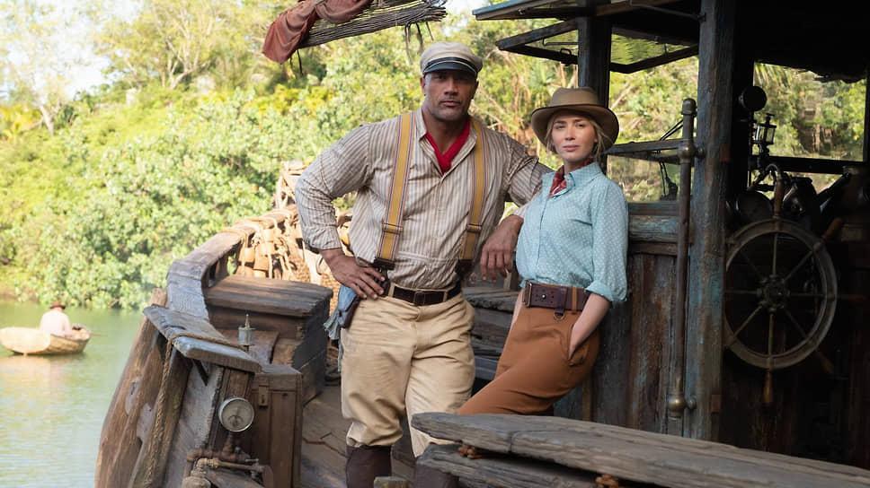 Позы героев старорежимного приключенческого кино выглядят у Эмили Блант и Дуэйна Джонсона принужденными