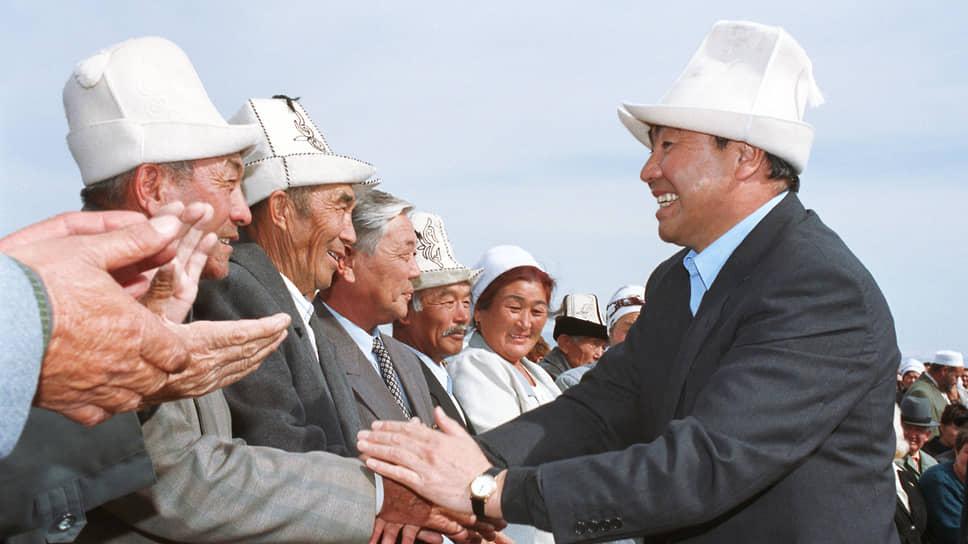 Аскар Акаев (справа) рассказал, что киргизские чекисты устроили ему радушный допрос