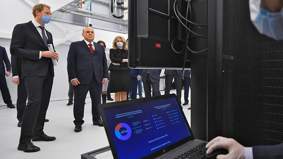 Председатель правительства  Михаил Мишустин (второй слева) и руководитель Федеральной налоговой службы Даниил Егоров (слева)