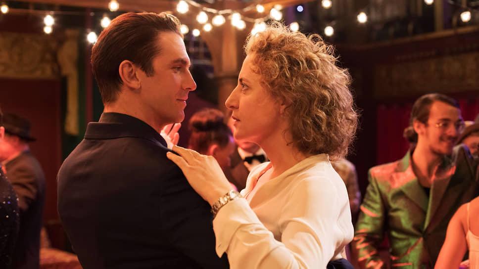 Альме (Марин Эггерт) приходится иметь дело с воплотившейся в андроиде (Дэн Стивенс) романтической грезой