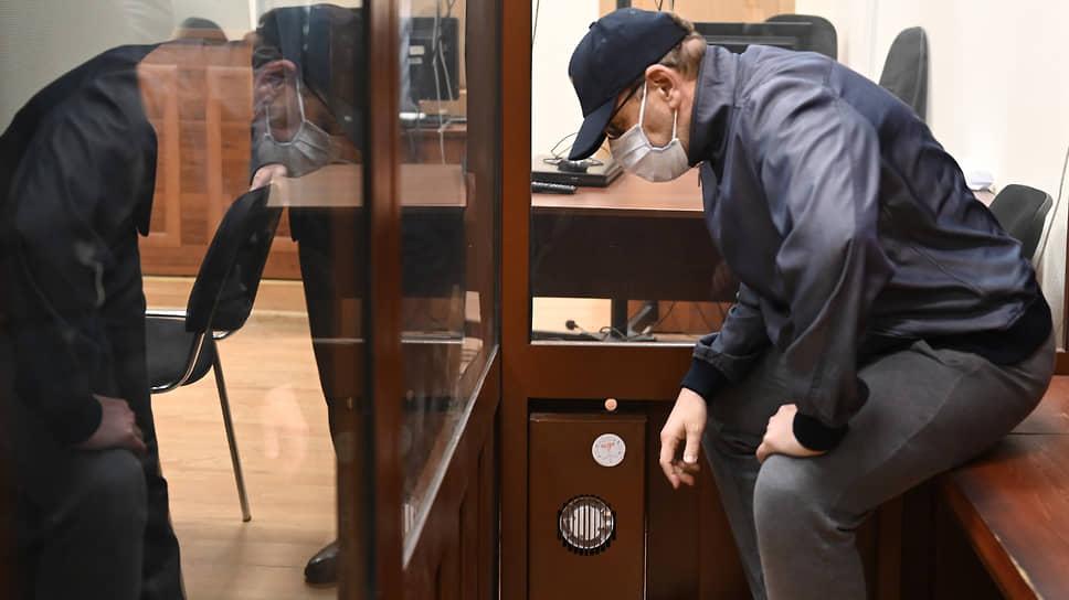 Анатолия Тихонова следствие обвиняет в том, что вместе с гражданской женой и другими сообщниками он провернул ряд афер при создании ГИС ТЭКа и закупках компьютерной техники