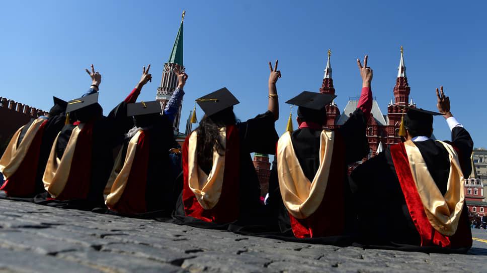 Изучение базы данных о трудоустройстве выпускников показало, что обладатели дипломов магистра зарабатывают больше, чем окончившие только бакалавриат