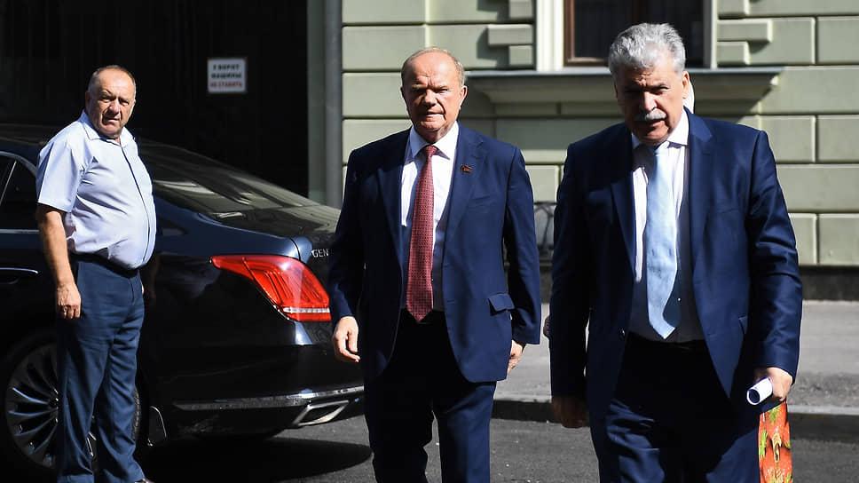 Геннадий Зюганов (в центре) пообещал продолжить борьбу за восстановление Павла Грудинина (справа) на выборах