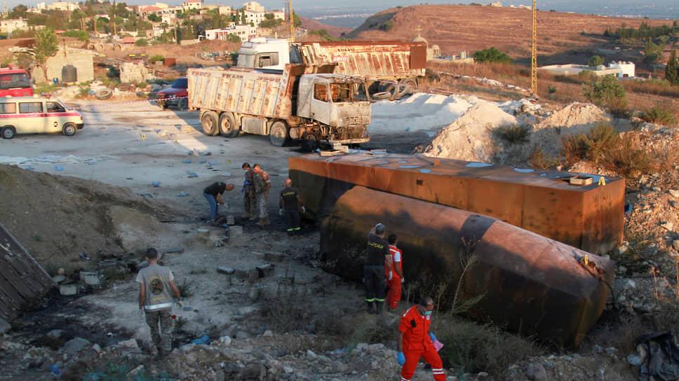 Солдаты ливанской армии и спасатели работают на месте взрыва топливного резервуара