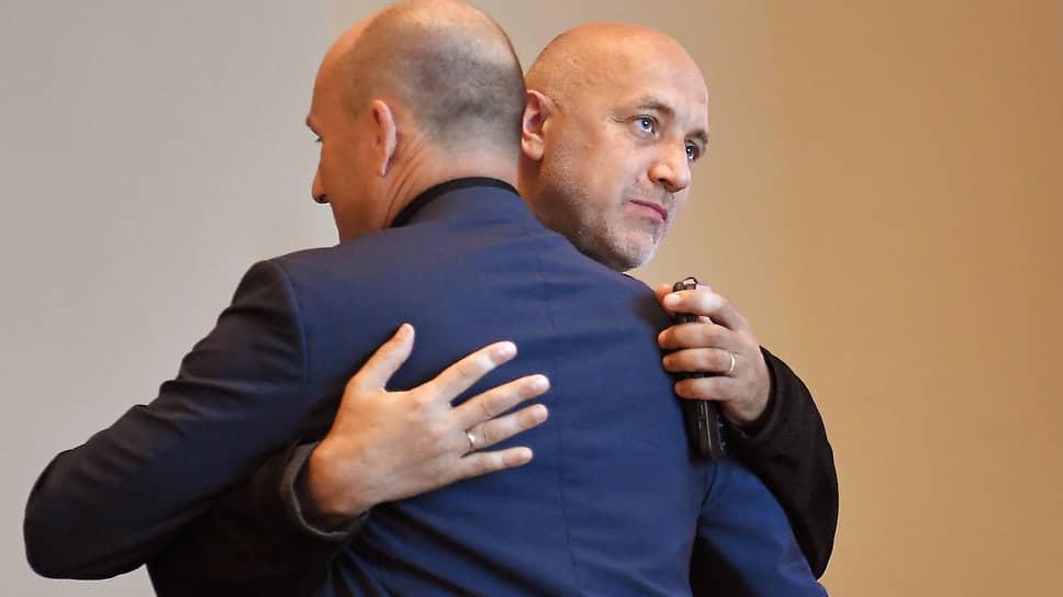 За неимением других левых политиков сопредседателю СРЗП Захару Прилепину (справа) пришлось обнимать члена центрального совета СРЗП Николая Старикова (слева)
