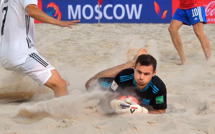 Голкипер российской сборной по пляжному футболу Станислав Кошарный во время матча